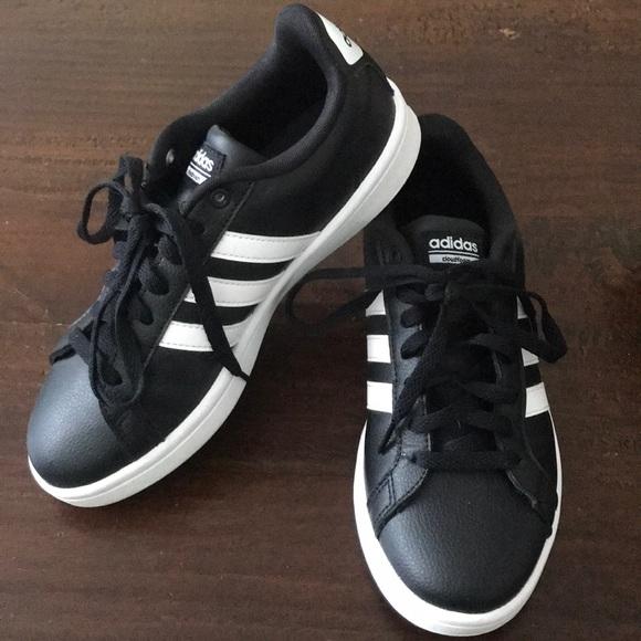 le adidas in bianco e nero nube forma le scarpe da ginnastica poshmark